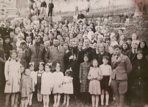 La popolazione riunita con il Vescovo Bortignon